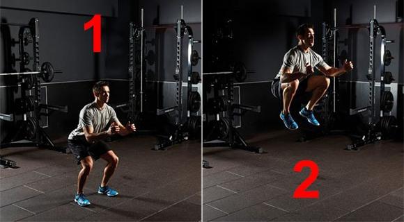 мужчина делает прыжки с поднятием колен